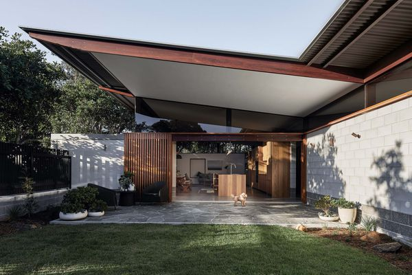 Banksia住宅的块状结构的颜色与本地Banksia植物叶子背面的阴影相似。