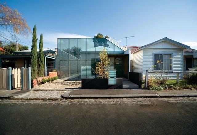 同样由JCB设计的《老房子》(Old House, 2006)采用了一种新颖的、或许具有讽刺意味但却不失深思熟虑的方法,将其与传统背景相融合。
