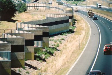 Kerstin Thompson建筑事务所在2003年设计的墨尔本Hallam绕道声墙项目中,旨在为行人和居民以及司机创造丰富而动态的空间体验。