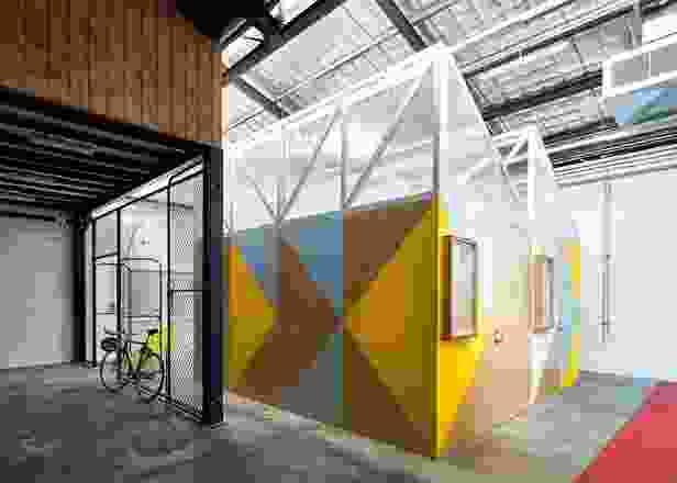 五个小型车间豆荚作为仓库空间内的微小区域。