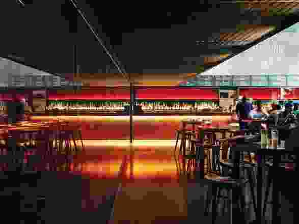 琥珀色调的玻璃被用作酒桶室的特色墙,并作为酒吧区域的照明面板背景。