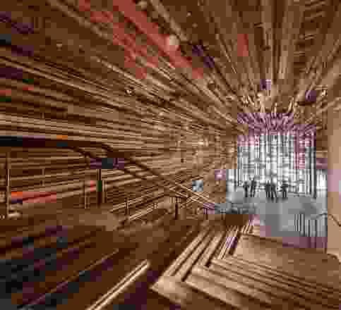 由March Studio设计,引人注目的入口楼梯由2150多块回收木材建造而成。