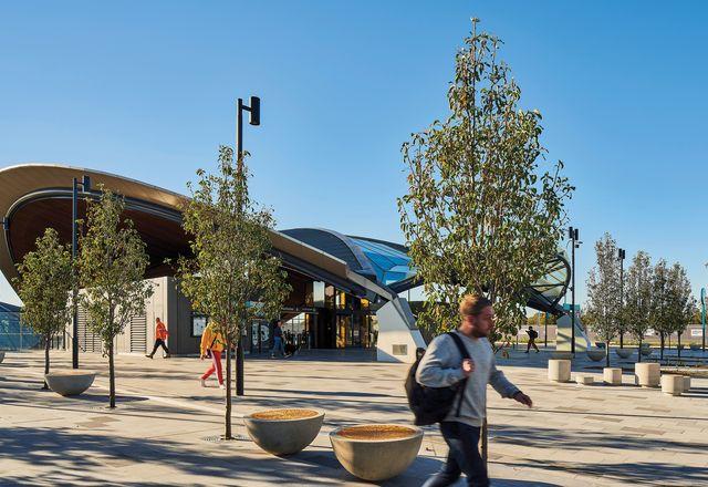 车站的入口点的特点是弯曲的,跨越清晰的天篷。图:贝拉维斯塔车站。