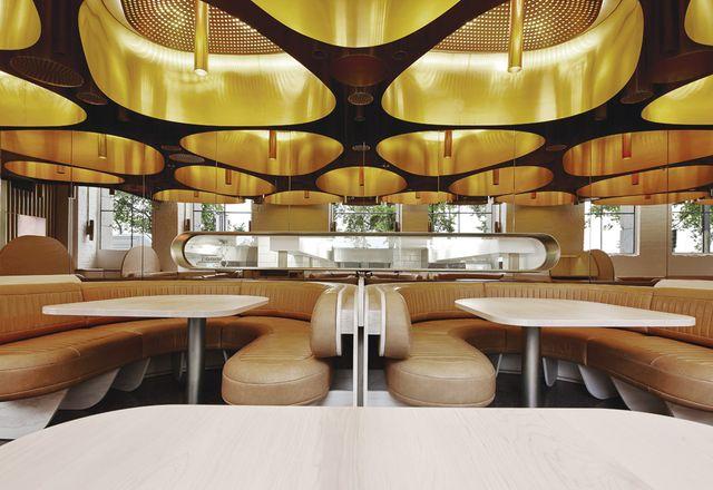 天然皮革宴会和金发碧眼的岩石枫叶桌面灌输了奢华感的空间。