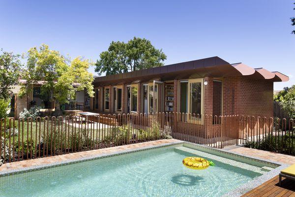 一栋20世纪60年代的砖房被改造和扩建,以容纳一家六口。