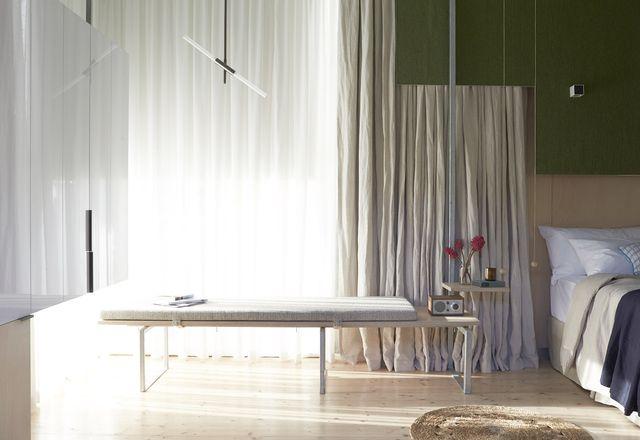 如六,镀锌钢,地毯和木材所示,造成意外但舒适的材料和纹理的混合物。
