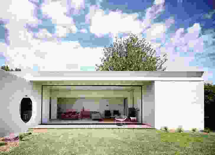 """The new living pavilion, with its flat roof and """"bird's beak"""" fascia, embraces the garden."""
