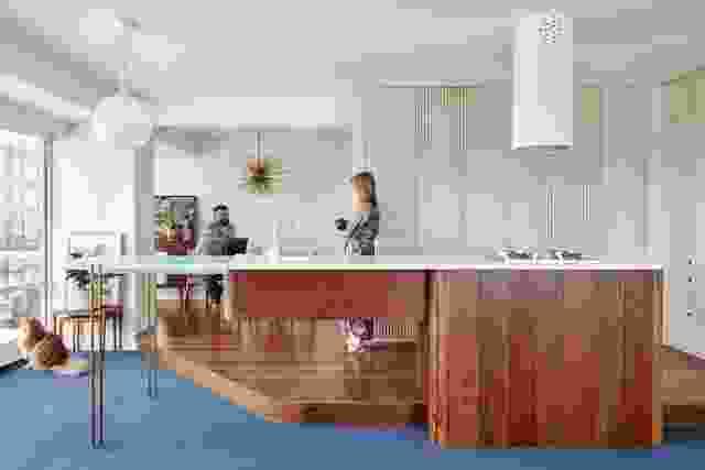 住宅的厨房岛台是一件定制家具,形成了该方案的焦点。艺术品:卡罗琳守护神。