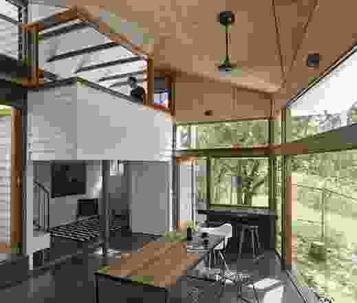 """附加部分的""""中间房间""""连接了之前分离的现有塔楼和现有住宅。艺术品:基斯·伯特。"""