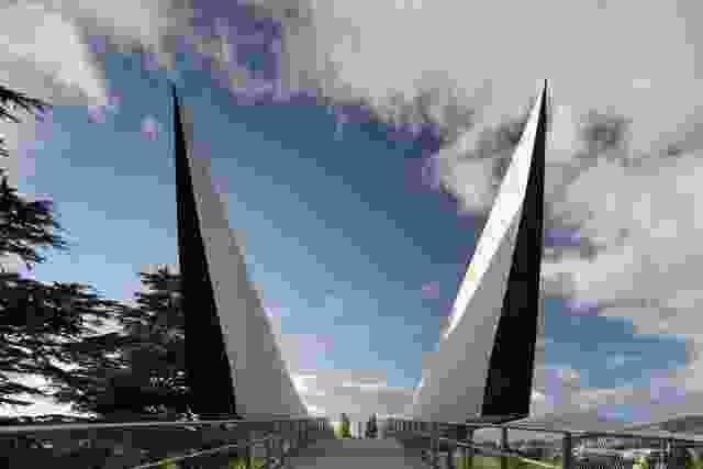这座桥的机翼边缘参照了战时的形式,微妙地表达了对军用船只和飞机的记忆。