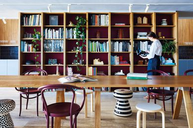 一个宽敞的多功能图书馆足够容纳活动和会议以及基本的日常设施。