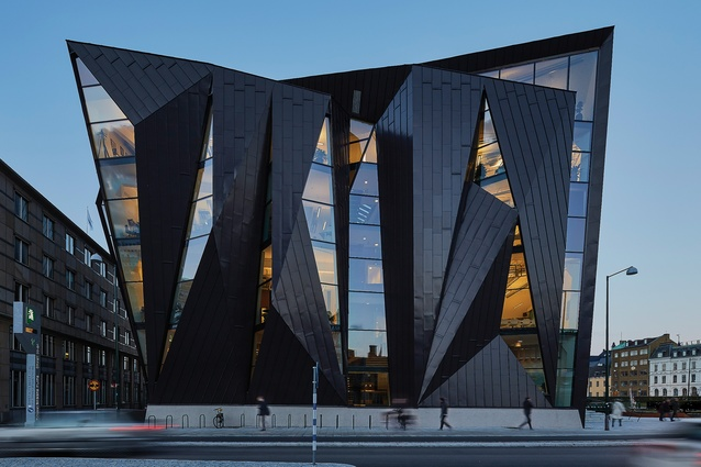 The extension wraps and folds around the existing building, its form referencing the junction of the orthogonal city grid and rotated axis of the harbour.