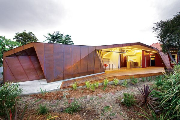 The modestly scaled rear wing houses eating, cooking, laundry and study spaces.