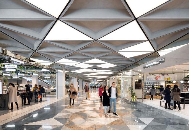莫纳罗购物中心(Monaro Mall)曾经是堪培拉中心(堪培拉中心)的一部分,经过重新装修后的两层已经焕然一新,其中包括新的美容商场(Beauty Arcade)。