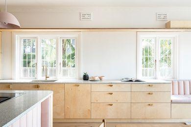 水磨石台面上的粉色斑点反映在浅粉色的室内装饰上,作为轻而有触觉的材料调色板的一部分。