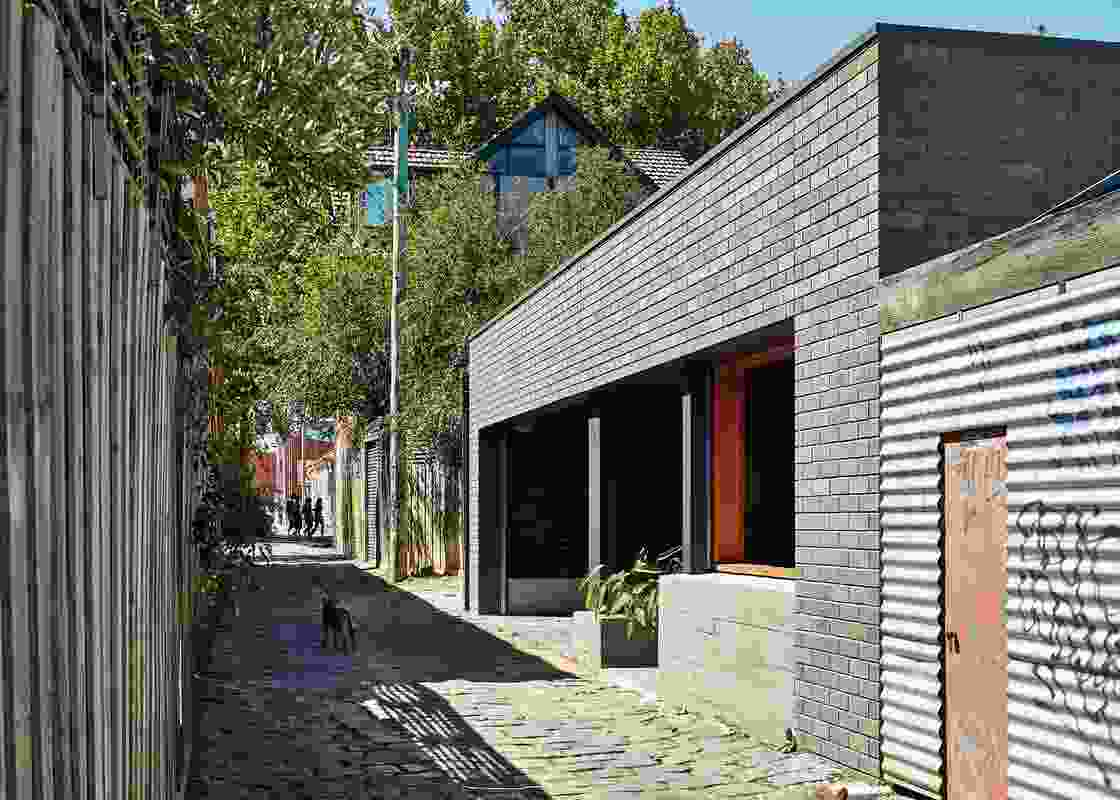 The garage/studio makes a direct connection to the context and passers-by in the laneway.