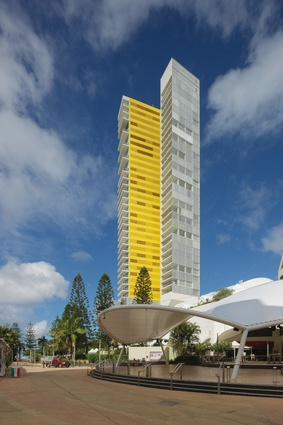 Air on Broadbeach (2005) by Engelen Moore projects thirty-seven storeys above an existing shopping centre.
