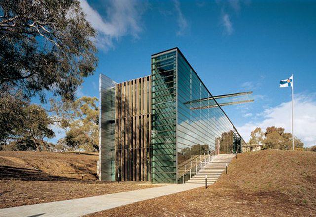 细长的垂直形式将场地一分为二,实现了两种不同的景观条件——正式的入口景观和轻松的公园式花园。