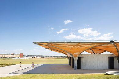 这个运动场是Marsden公园郊区的一个城镇中心,便利设施建筑为体育和其他社区活动提供了宽敞的空间。