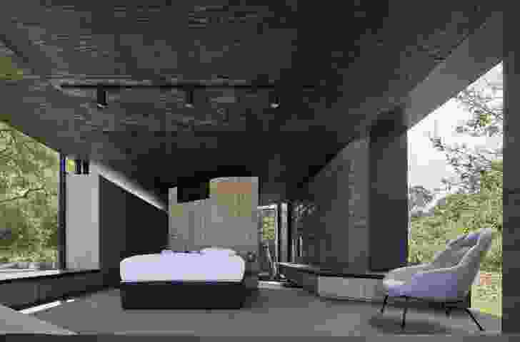 The circulation and transparency of this retreat were inspired by Ludwig Mies van der Rohe's Farnsworth House.