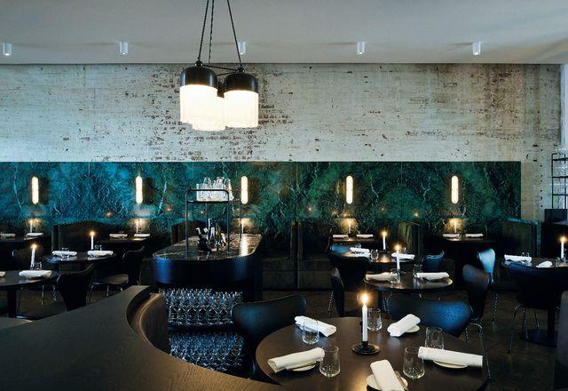 卡特勒公司(Cutler & Co.)的主餐厅东墙半高地镶嵌着美丽的绿色大理石皮尔巴拉(Pilbara)石板。