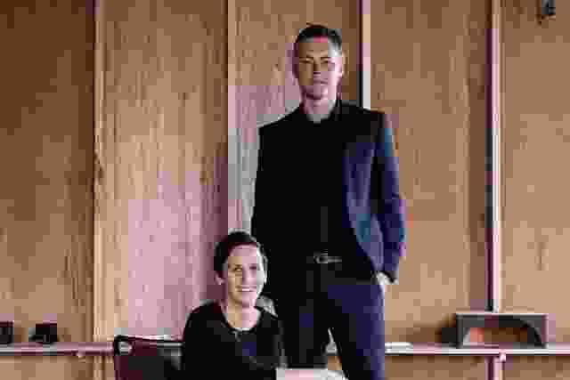 波比·泰勒(Poppy Taylor)和玛特·海因兹(Mat Hinds)在克雷莫尼(Cremorne)的裸背工作室工作。