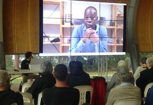 Francis Kéré talking on video.