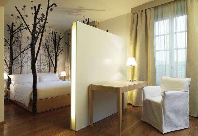 森林房间里从地板到天花板都是树。