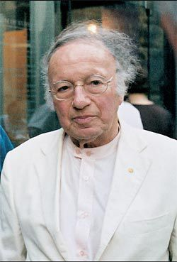 Harry Seidler outside the Museum of Sydney in 2005, (above) with Peter Myers and Penelope Seidler. Photographs Timothy Williams.
