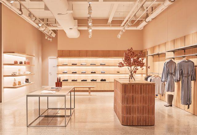 为了与印库的视觉语言保持一致,木材、砖和陶瓦等材料让服装被吸引到前景。