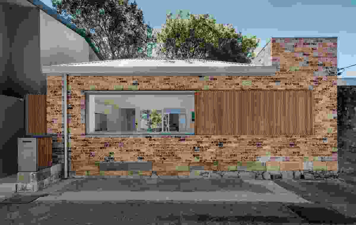 In Sydney's inner east, Bolt Hole (2018) skirts the perimeter of a 120-square-metre site.