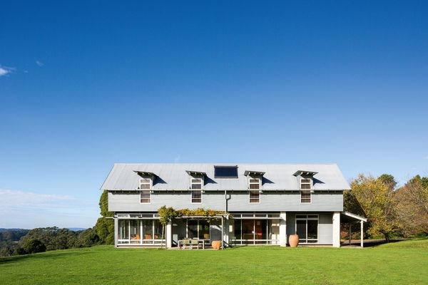 Sitting high among the hills, the Kangaloon House opens out to breathtaking views to the east.