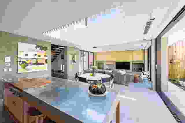 起居区域上方的空隙让充足的光线进入,这对花大量时间在厨房娱乐的业主来说是完美的。艺术品:迈克尔·穆尔。
