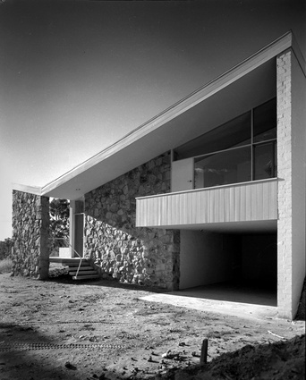Bowden House by Harry Seidler (1954) is made from random stone walls, rendered cavity brickwork, suspended concrete slabs, steel and timber roof framing and a metal deck roof.