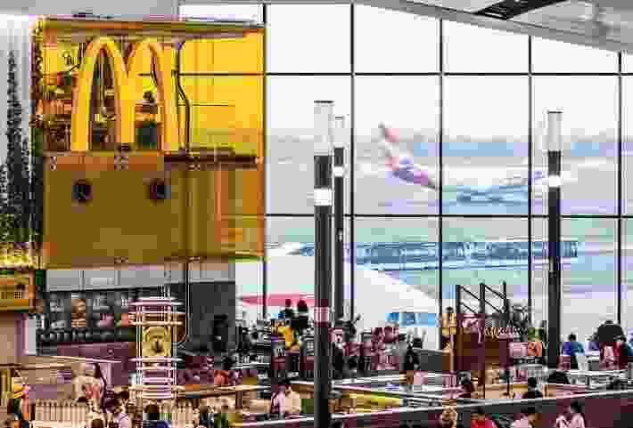 """""""空中麦当劳""""位于一个大的全景窗口旁边,顾客可以看到飞机起飞和降落。"""