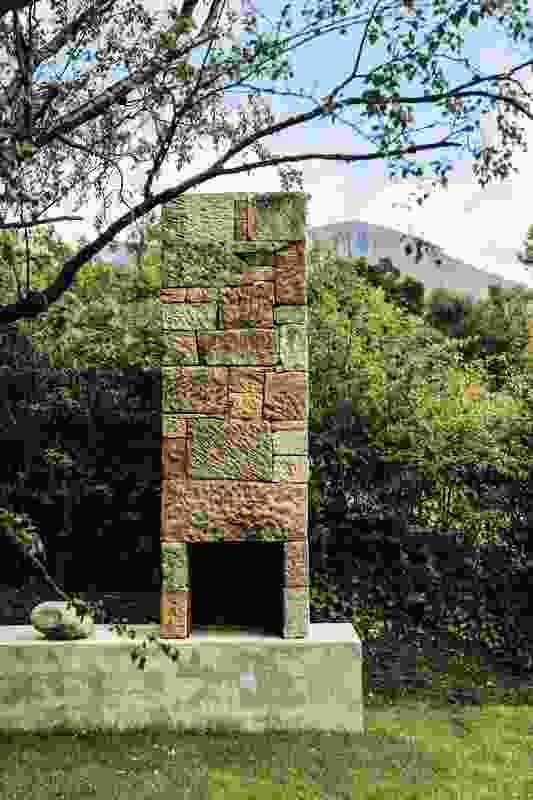 现场发现的罪犯挑选的石头被手工组装成一个独立的壁炉。