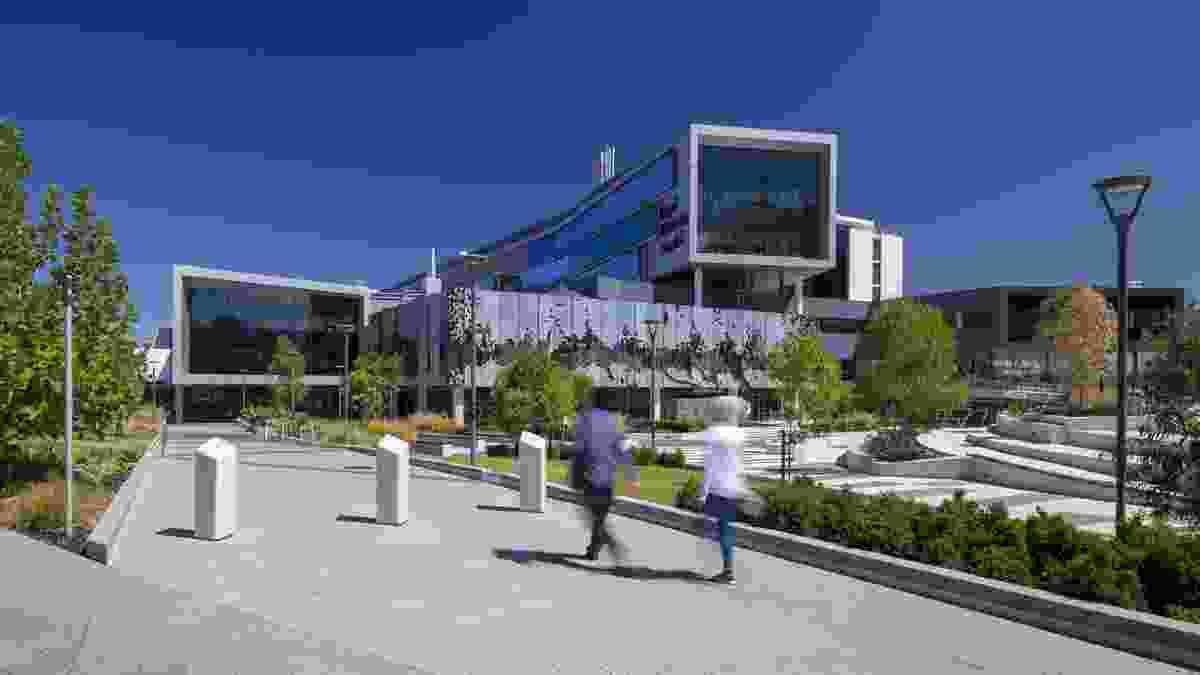 Royal Adelaide Hospital by Silver Thomas Hanley DesignInc (STHDI) .