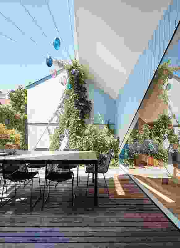 A central, northern courtyard, brimming with foliage, answers the owners' desire for sunlight, ventilation and prospect.