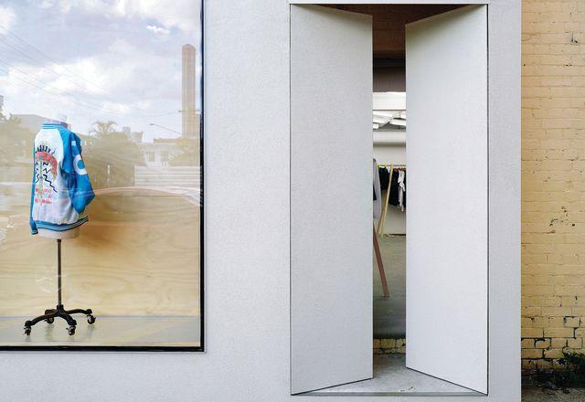 入口的门暗示了简约的内饰。