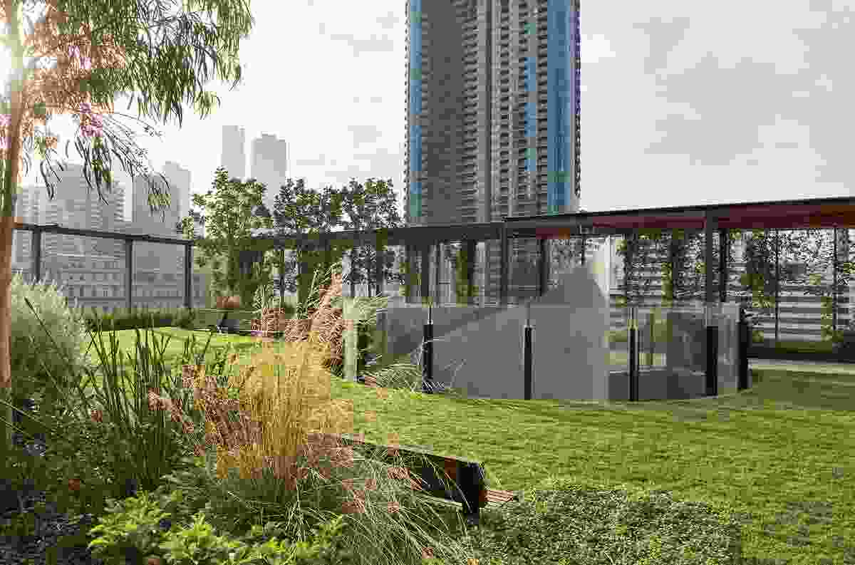 As a privately owned but publicly accessible space, the Sky Park opens up conversations around the possibilities for hybrid spaces within thepublic realm.