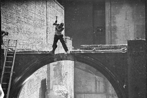 Demolishing Hoffnung's building, Pitt Street, Sydney, 1939.