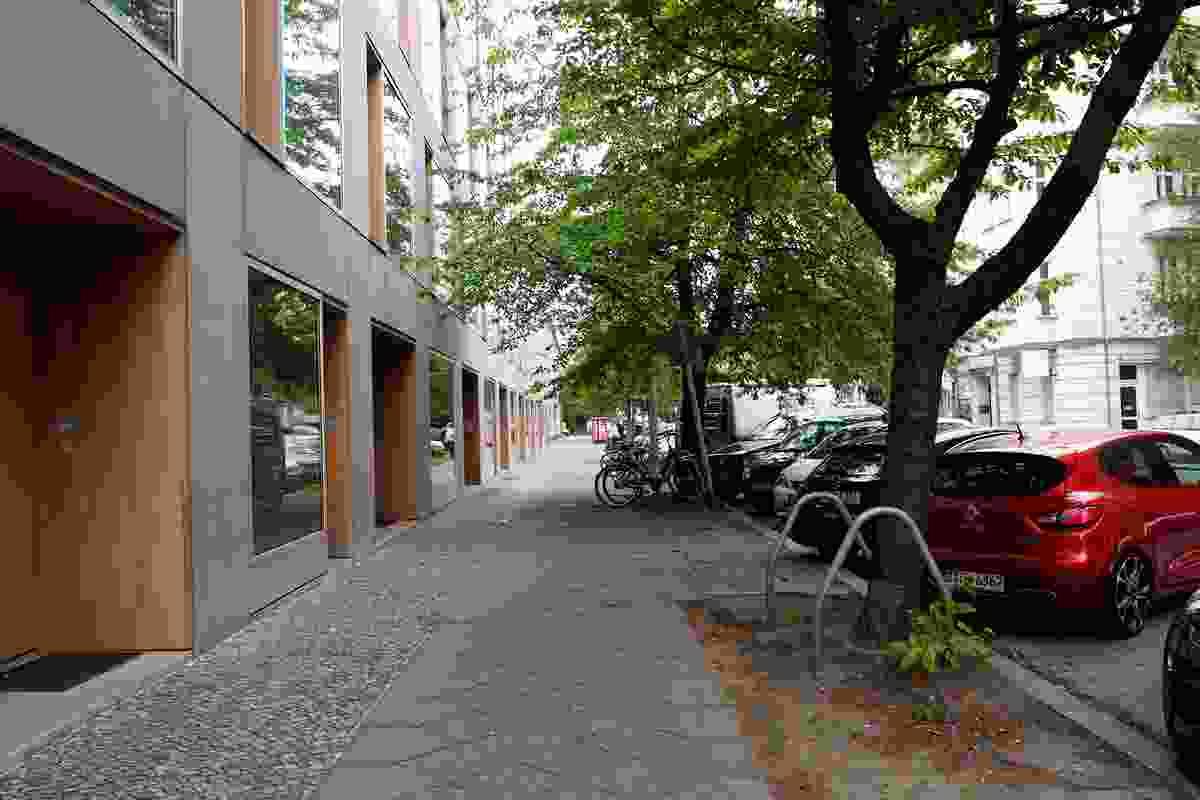 Street edge of Ze05 Baugruppe housing project by Zanderroth Architeken.