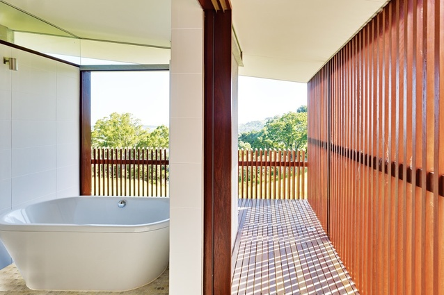 The landscape can be appreciated from the bath.
