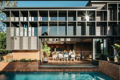 一家人可以从阳光下退到阴暗处,也可以搬到泳池边享受金色的阳光。