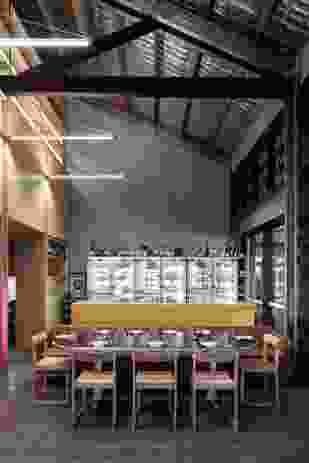 俏丽的色彩和光线为这家日本餐厅增添了一种原宿的感觉。