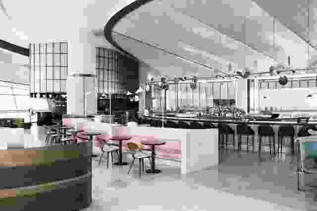 餐厅的拱形天花板瓷砖是点头观赏伊斯兰清真寺的建筑和悉尼歌剧院。